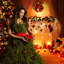 Обои Праздники Новый год Шатенка Платье Ветки Елка Подарки Шарики Девушки фото
