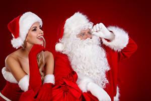 Обои Новый год Санта-Клаус Вдвоем Шапки Улыбка Девушки