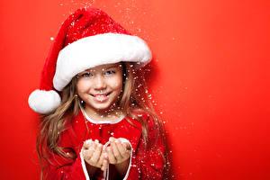 Фото Новый год Девочки Шапки Улыбка Руки Красный Снежинки Красный фон Дети