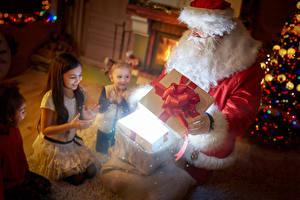Картинка Праздники Рождество Девочки Дед Мороз Подарки Униформа Радость Дети