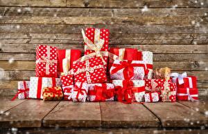 Обои Новый год Доски Подарки Бантик Стол фото