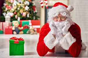 Фото Рождество Санта-Клаус Подарки Очки Смотрит Перчатки