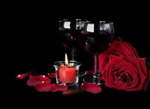 Фотография Вино Свечи Розы Черный фон Бокалы 2 Лепестки Бордовый Пища Цветы