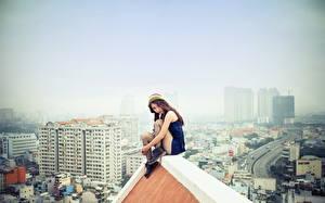 Фото Азиаты Крыша Сидящие Шатенка Девушки Города