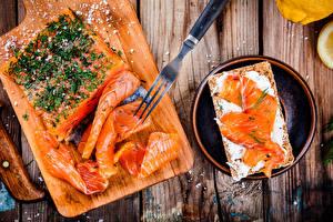 Фотографии Морепродукты Рыба Специи Бутерброды Доски Разделочная доска Вилка столовая Еда