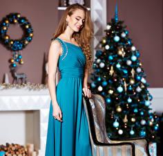 Обои Новый год Шатенка Елка Платье Девушки фото