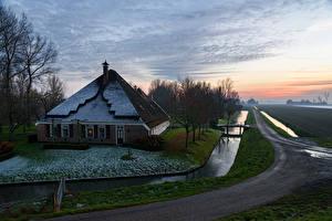 Обои Нидерланды Дома Вечер Водный канал Деревья Schermer Города фото