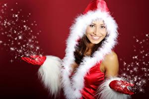 Фотография Новый год Снежинки Шапки Улыбка Руки Красный фон Девушки