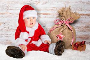 Картинка Новый год Младенца Униформе Подарки Шапка Дети