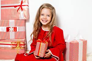Обои Новый год Девочки Подарки Блондинка Улыбка Русые Дети фото