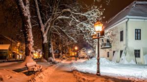 Обои Хорватия Дома Зима Загреб Ночные Снега Уличные фонари Деревья Скамейка Улица Samobor Города