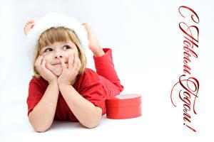 Обои Новый год Белый фон Девочки Подарки Руки Русские Дети фото