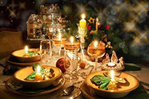 Картинка Новый год Праздники Сервировка Свечи Тарелка Бокалы Шар Пища