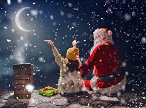 Картинки Рождество Праздники Полумесяц Луна Ночь Санта-Клаус Снежинки Крыша Девочки Шапки Ребёнок