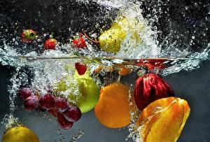 Фотография Воде Фрукты Виноград Яблоки С брызгами Продукты питания