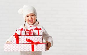 Обои Новый год Белый фон Девочки Шапки Улыбка Подарки Радость Дети фото