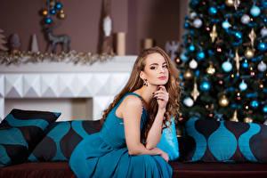 Обои Новый год Шатенка Платье Сидит Девушки фото