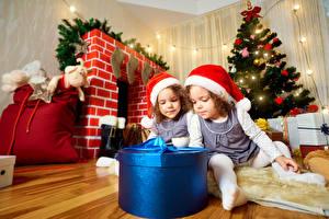 Обои Новый год Девочки Двое Подарки Елка Шапки Дети фото