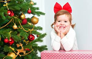 Обои Новый год Елка Шарики Девочки Бантик Улыбка Дети фото