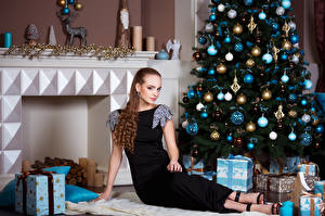 Обои Новый год Шатенка Елка Платье Шарики Подарки Девушки фото