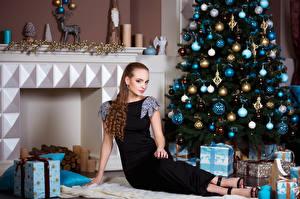 Картинка Рождество Шатенка Новогодняя ёлка Платье Шарики Подарки Девушки