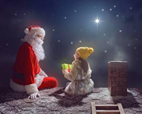 Картинки Новый год Санта-Клаус Девочки Ночные Шапки Сидит Крыша