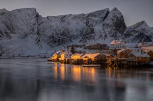 Обои Лофотенские острова Норвегия Горы Реки Зима Дома Снег Reine Города фото