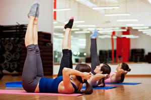 Фотография Фитнес Ноги Зеркала Спортзале Носки Втроем Тренировка молодые женщины