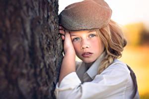 Обои Взгляд Руки Ствол дерева Девочки Julia Altork Дети фото