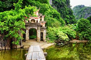 Обои Вьетнам Пагоды Озеро Горы Деревья Bich Dong Pagoda Ninh Binh Province Природа фото
