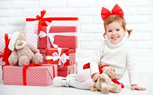 Обои Новый год Мишки Девочки Подарки Улыбка Бантик Дети фото