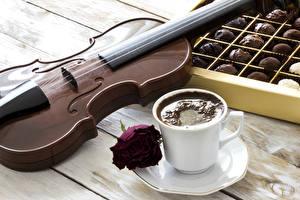 Обои Натюрморт Кофе Конфеты Скрипка Розы Доски Чашке Блюдца Еда