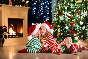 Обои Новый год Мальчики Девочки Младенцы Трое 3 Шапки Елка Камин Дети фото