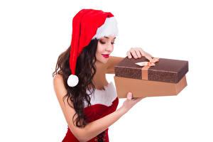 Фотографии Новый год Белый фон Шатенка Шапки Подарки Коробка Девушки