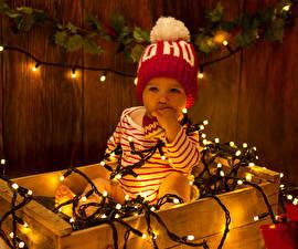 Обои Новый год Доски Младенцы Шапки Гирлянда Дети фото
