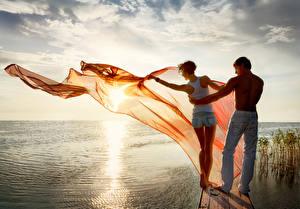 Обои Рассветы и закаты Мужчины Реки Влюбленные пары Озеро Двое Спина Девушки фото