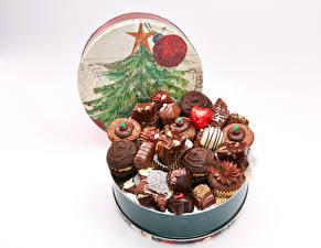 Обои Новый год Сладости Конфеты Шоколад Белый фон Елка Еда фото