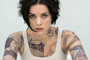 Фотография Jaimie Alexander Майка Брюнетка Татуировки Смотрит Blindspot Девушки Знаменитости