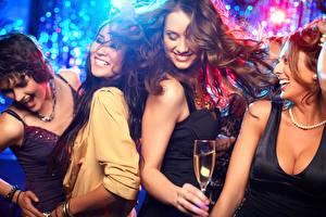 Обои Улыбка Смех Бокалы Танцует Девушки