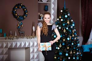 Обои Новый год Шатенка Платье Елка Улыбка Шарики Девушки фото
