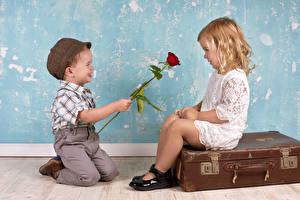 Обои Любовь Розы Мальчики Девочки Двое Чемодан Кепка Улыбка Дети фото