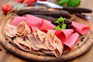 Обои Мясные продукты Колбаса Разделочная доска Нарезанные продукты Еда фото