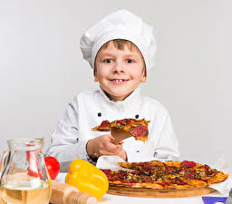 Фото Пицца Перец Мальчики Повар Улыбка Серый фон Дети
