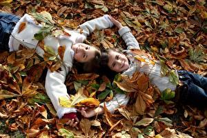 Обои Осень Девочки Двое Листья Улыбка Дети фото
