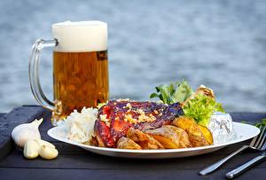 Обои Пиво Чеснок Мясные продукты Овощи Тарелка Кружка Пена Еда фото