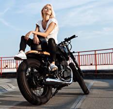 Фото Блондинка Мотоциклист Руки Сидит Девушки