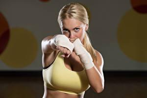 Картинка Бокс Блондинка Руки молодая женщина Спорт