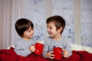 Обои Мальчики Двое Улыбка Кружка Дети фото