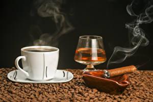 Обои Кофе Черный фон Чашка Сигара Зерна Дым Пар Бокалы Еда фото