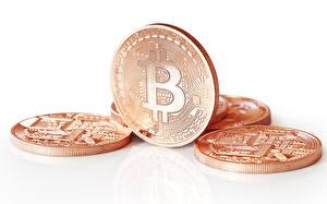 Картинки Монеты Вблизи Логотип эмблема Белый фон bitcoins